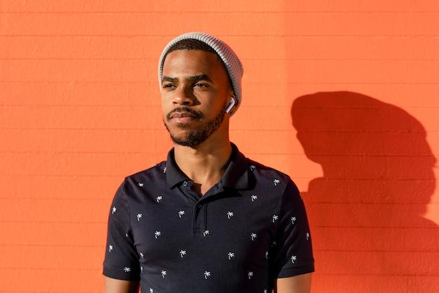 Portrait de garçon adolescent, afro-américain avec fond de mur lumineux