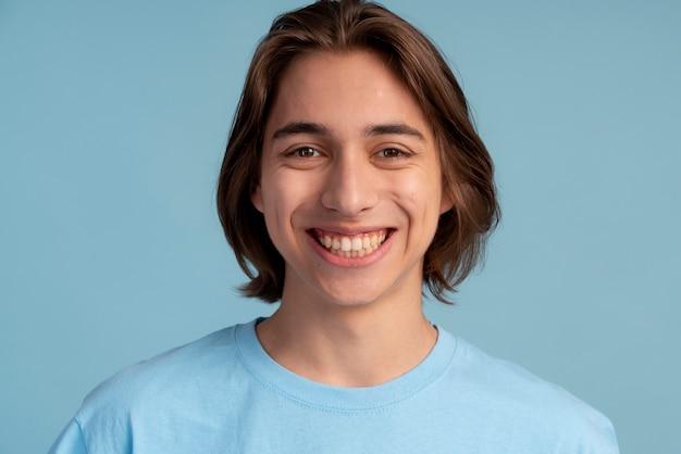 Portrait de garçon adolescent souriant