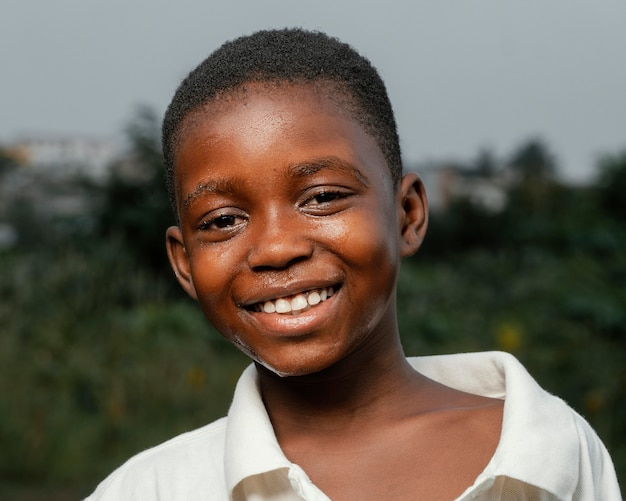 Portrait garçon africain smiley