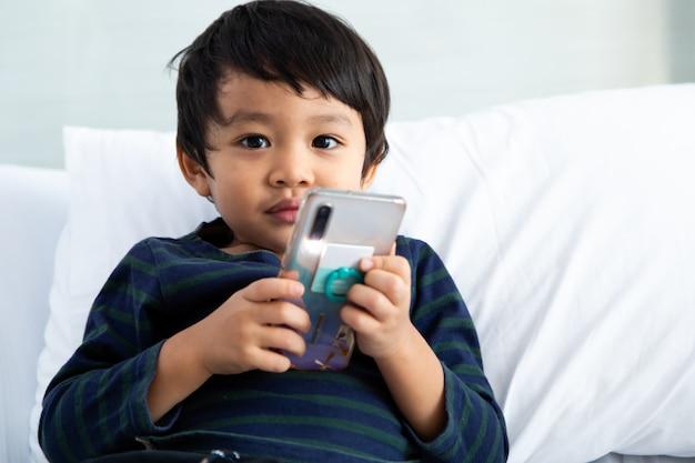 Portrait d'un garçon asiatique sur blanc.