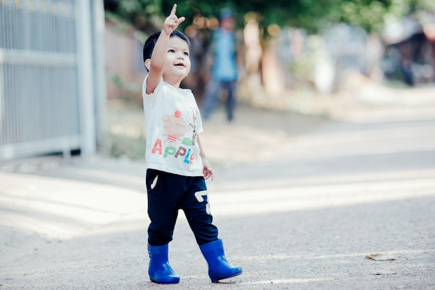 Portrait de garçon asiatique heureux à l'extérieur en image avec espace de copie