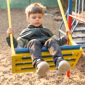 Portrait garçon en balançoire