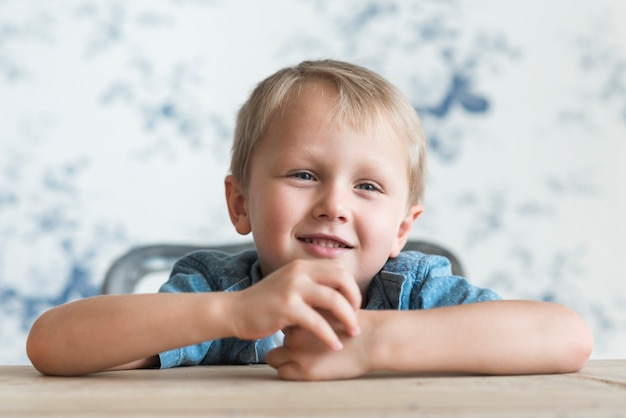 Portrait d'un garçon blond souriant
