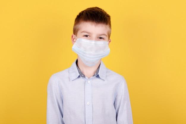 Portrait d'un garçon brune au masque médical.