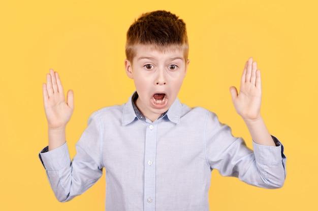 Portrait d'un garçon brune effrayé.