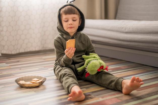 Portrait garçon en costume de dinosaure