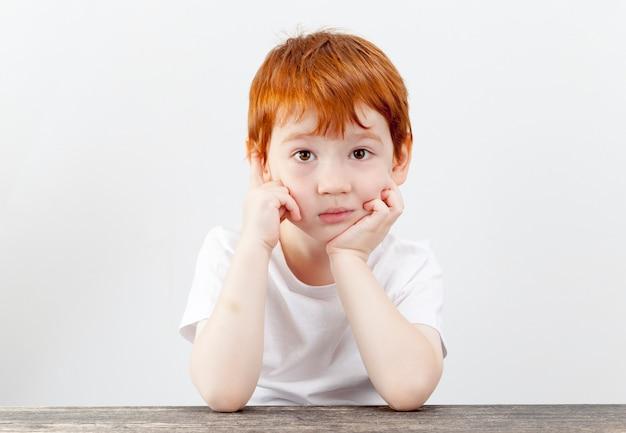 Portrait d'un garçon avec curiosité avec impatience, regard fatigué