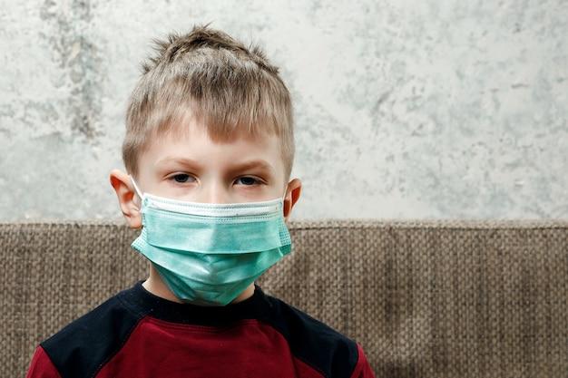 Portrait, garçon, enfant, masque médical