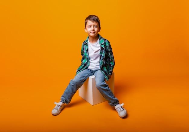 Portrait de garçon faisant un geste rock, isolé sur fond jaune. beau garçon caucasien montrant des cornes avec un geste vers le haut.