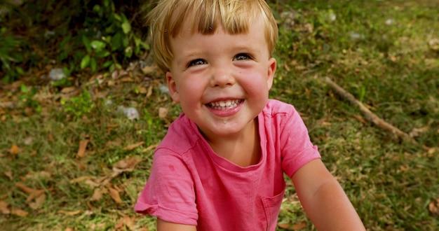 Portrait d'un garçon heureux dans le parc