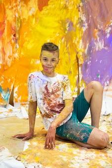 Portrait d'un garçon heureux mignon peignant et s'amusant