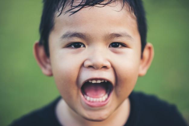 Portrait de garçon heureux souriant