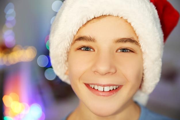 Portrait d'un garçon joyeux dans une chambre décorée, gros plan