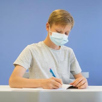 Portrait garçon avec masque