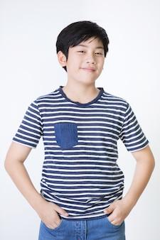 Portrait de garçon mignon asiatique avec le visage de sourire,