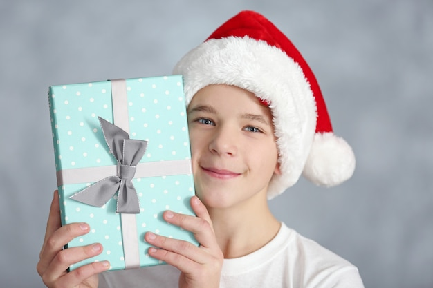 Portrait de garçon mignon avec boîte-cadeau bleu, gros plan