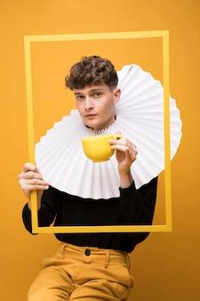 Portrait d'un garçon à la mode portant une collerette