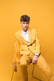 Portrait d'un garçon à la mode qui pose