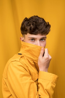 Portrait d'un garçon à la mode timide
