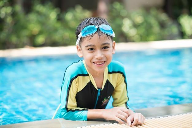 Portrait garçon nageant dans la piscine