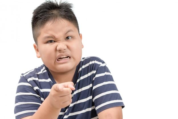 Portrait d'un garçon obèse en colère isolé