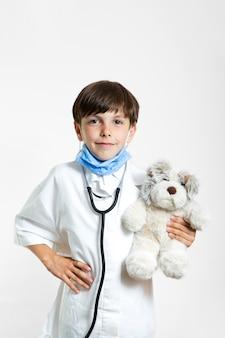 Portrait de garçon avec ours en peluche