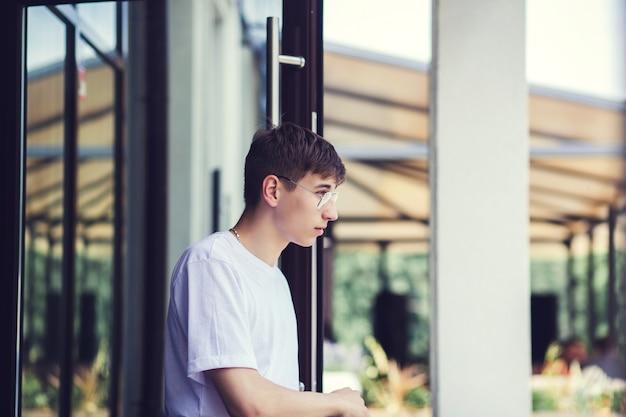 Portrait d'un garçon pensif en ville