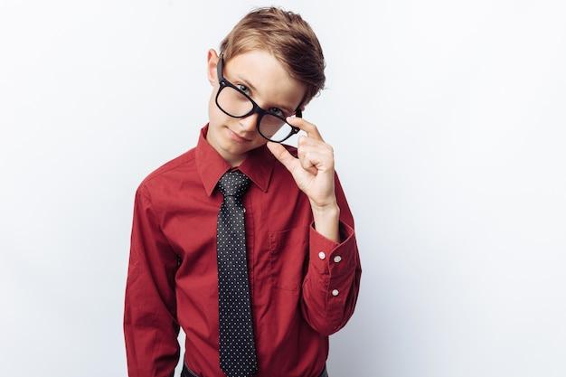 Portrait de garçon positif avec des lunettes
