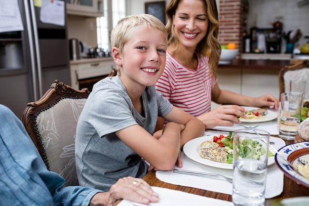 Portrait, garçon, repas, famille
