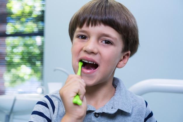 Portrait de garçon se brosser les dents