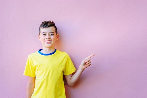 Portrait d'un garçon souriant heureux