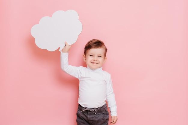 Portrait d'un garçon avec un tableau blanc vierge en forme de nuage