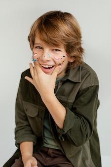 Portrait garçon avec visage peint