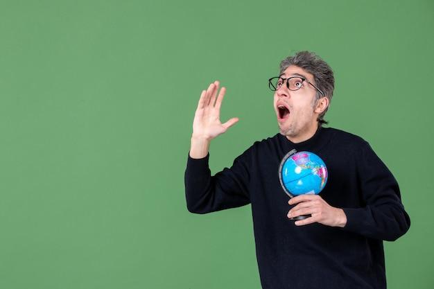 Portrait de génie homme tenant globe terrestre fond vert espace planète nature mer air école
