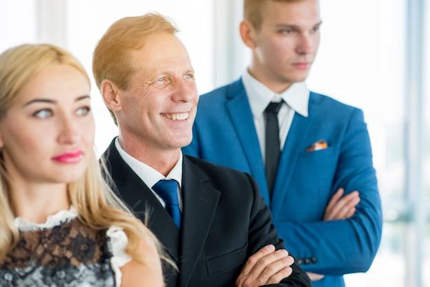 Portrait de gens d'affaires confiants debout dans une rangée