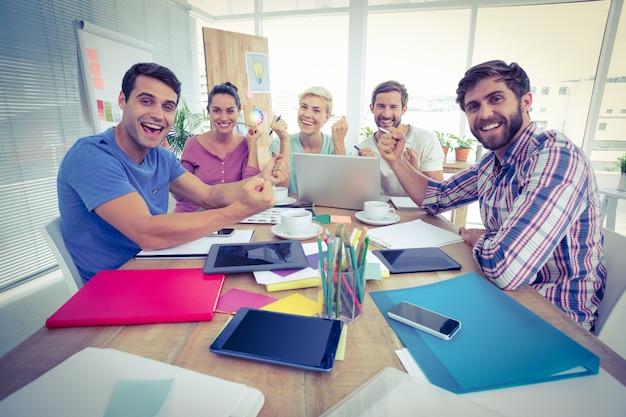 Portrait de gens d'affaires créatifs en réunion