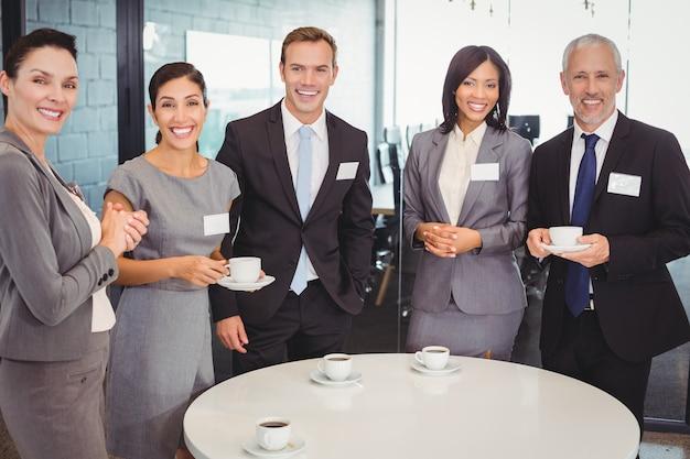 Portrait de gens d'affaires prenant le thé pendant la récréation