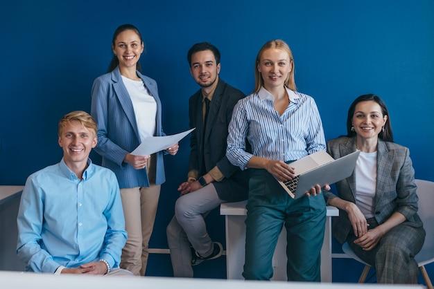 Portrait de gens d'affaires se tenant ensemble au bureau