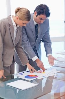 Portrait de gens d'affaires sérieux en regardant les statistiques