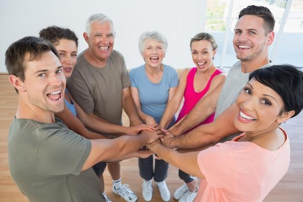 Portrait de gens sportifs heureux, tenant les mains ensemble