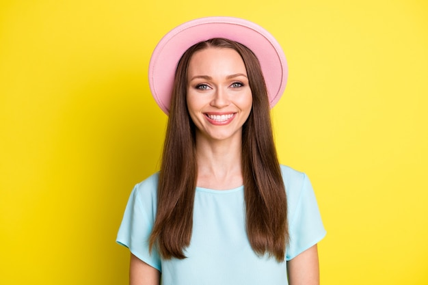 Portrait d'une gentille voyageuse optimiste qui a fière allure à huis clos, sourire à pleines dents, porter une tenue d'été isolée sur fond de couleur vive