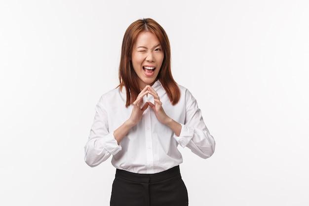Portrait de gestionnaire asiatique femme intelligente et créative, avoir un plan diabolique, des doigts de clocher comme le génie et grimacer avec un sourire sournois heureux, intrigant, avoir une idée parfaite,