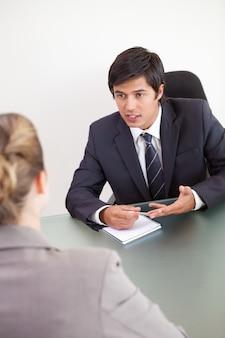Portrait d'un gestionnaire interviewant une candidate