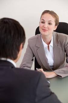 Portrait d'un gestionnaire interviewant un demandeur masculin