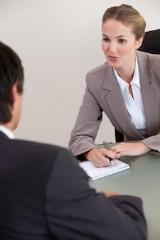 Portrait d'un gestionnaire sérieux interviewant un homme