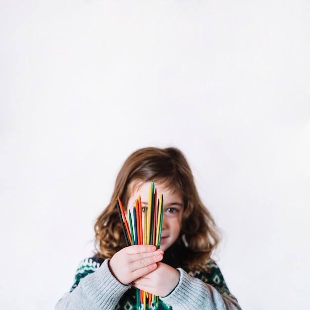 Portrait, girl, tenue, multi, coloré, plastique, bâtons