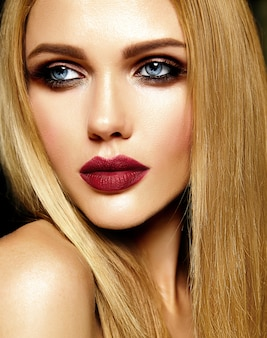 Portrait glamour de la belle femme blonde modèle femme avec un maquillage quotidien frais avec des lèvres rouges et une peau propre et saine