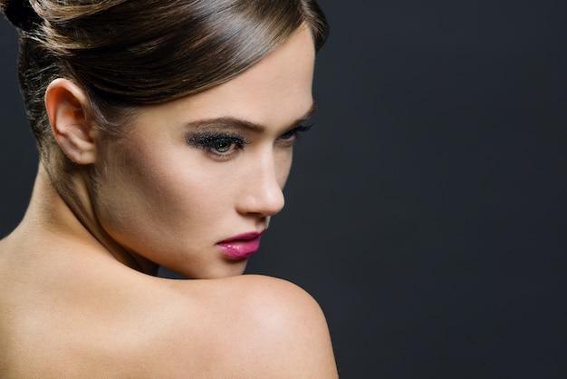 Portrait glamour de belle femme