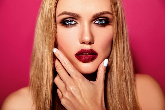 Portrait glamour sensuel de la belle femme blonde modèle femme avec un maquillage quotidien frais avec des lèvres roses et une peau saine et propre