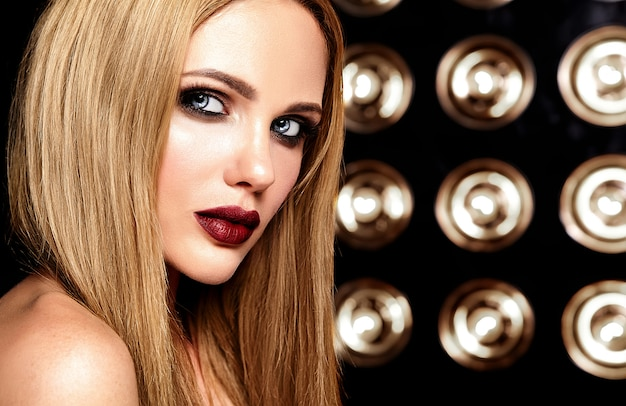 Portrait glamour sensuel de la belle femme blonde modèle femme avec un maquillage quotidien frais avec des lèvres rouges et une peau propre et saine